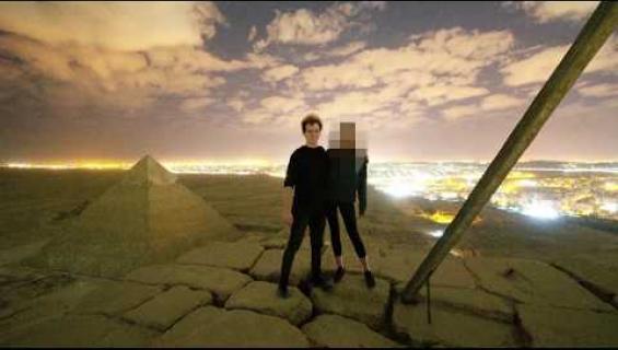 Taiteilija kuvasi itsensä harrastamassa seksiä Gizan pyramideilla!