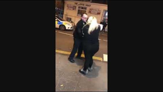 Nainen ei voinut haluilleen mitään: ehdotti kebab-paikassa ryhmäseksiä ja kävi kuumana poliiseihin.... katso miten ilta päättyi!