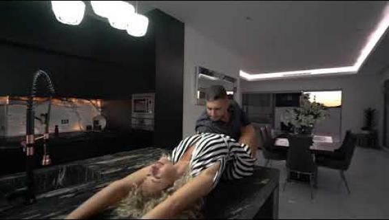 Huh! Videon oli tarkoitus mainostaa kiinteistönvälityspalvelua - liiallinen seksikkyys sekoitti kaikkien pasmat!
