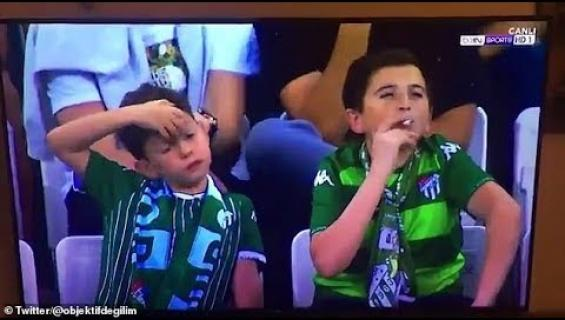 """Hieman ikäistään nuoremman näköinen kundi! Jalkapallo-ottelussa tupakoinut """"lapsi"""" onkin 36-vuotias!"""