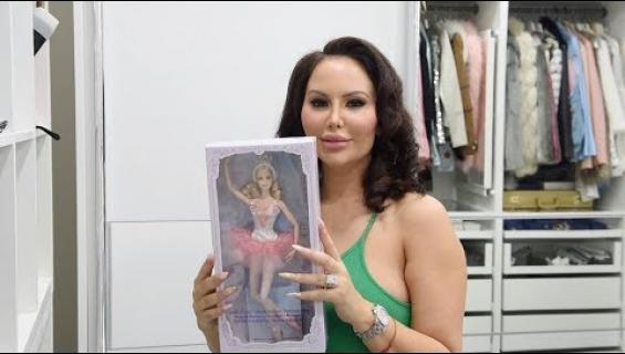 Tämä nainen haluaa olla Barbie alapäätä myöten!