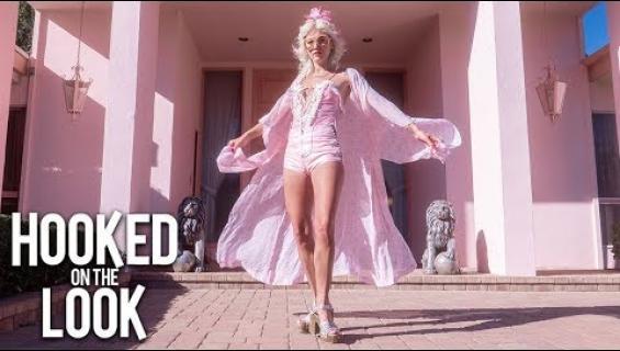 Jamie rakastaa kaikkea pinkkiä ja asuu nyt unelmiensa Barbie-talossa!