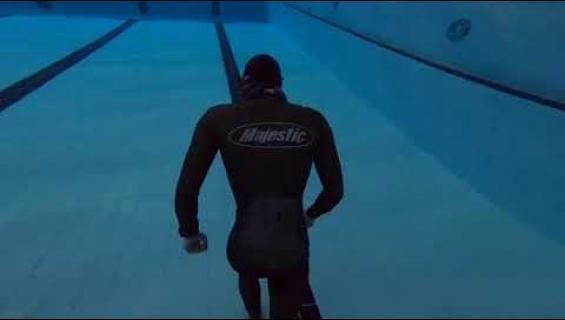 Nyt on ennätys! Mies käveli uima-altaan pohjaa yli kolme ja puoli minuuttia yhden hengenvedon varassa!