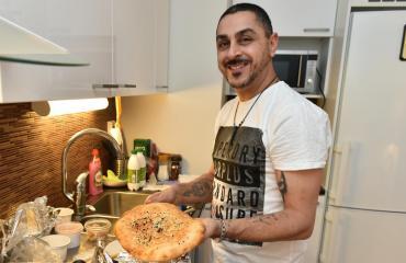 Arman Alizad nauttii iranilaisesta ruoasta.