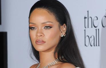Rihanna poseeraa