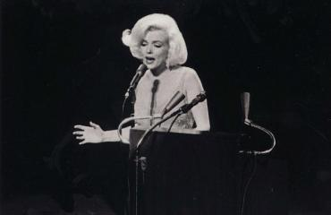 Marilyn Monroe laulaa Dear Mr. President -kappaletta.