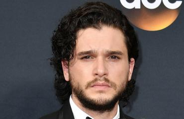 Kit Harrington punaisella matolla.