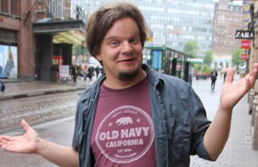 Stand up -koomikko Ismo Leikola.