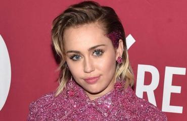 Miley cyrus punaisella matolla.