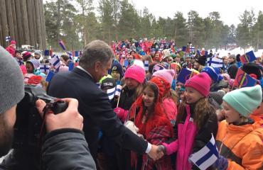 Sauli Niinistö tervehti koululaisia Inarissa.