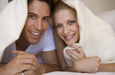 Seksivalmentaja arvioi parien suoritukset makuuhuoneessa