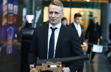 Tapparan Veli-Matti Savinainen palkittiin Aarne Honkavaaran tykki-palkinnolla.