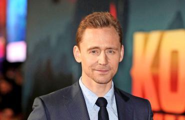 Tom Hiddleston punaisella matolla