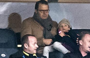 Prinssi Daniel ja prinsessa Estelle AIK:n jalkapallo-ottelussa.