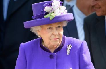 Kuningatar palkkaa muut kävelemään uusissa kengissään.