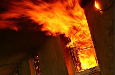 Mies pyrki sisälle palavaan taloon pelastaakseen oluen.