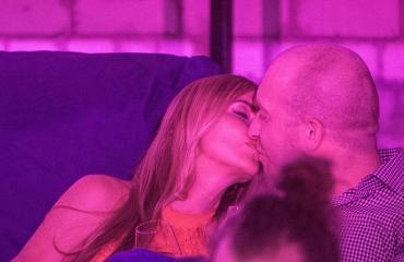 Anu ja Erik suutelemassa Tallinnan yössä.