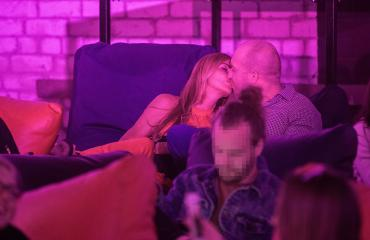 Anu Saagim suutelemassa salskeaa virolaisurosta tallinnalaisessa yökerhossa.