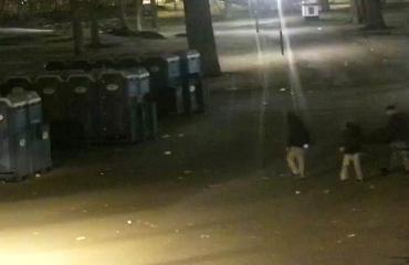 Poliisi epäilee näitä kolmea nuorta kymmenen käymälän polttamisesta.