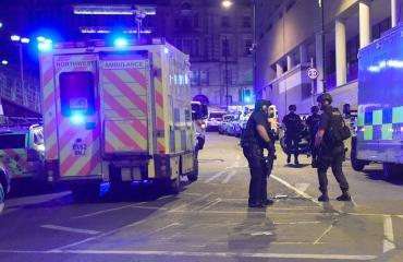 Viranomaiset Manchester Arenan ulkopuolella