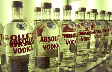 Mies kumosi kolme litraa vodkaa juomakisassa.