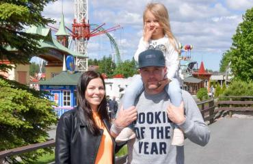 Mari ja Jontte Valosaari huvipuistossa.