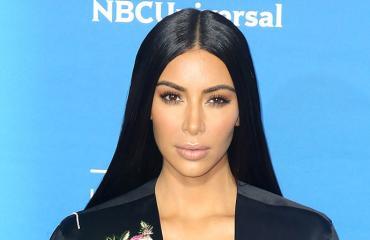 Kim Kardashian poseeraa punaisella matolla