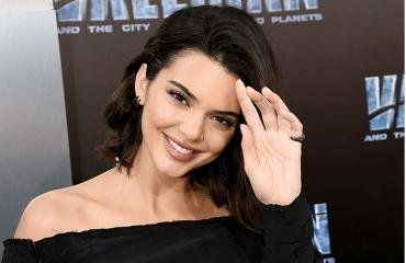 Kendall Jenner poseeraa punaisella matolla