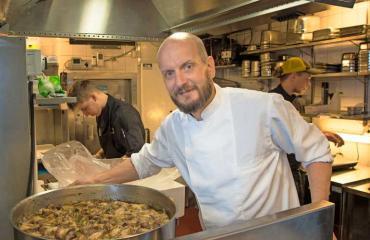 Hans Välimäki uuden ravintolansa keittiössä.