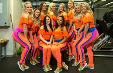 Tässä on yksi Suomen puhutuimpia cheerleader-ryhmiä: Tampereen Tapparan Sparkling Stars. Kuvateksti: