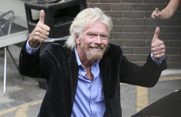 Sir Branson poseeraa kameralle