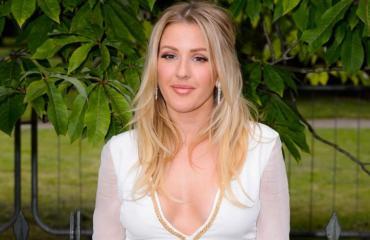 Ellie Goulding hymyilee.