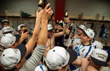 Suomi voitti ensimmäisen jääkiekon maailmanmestaruuden vuonna 1995.