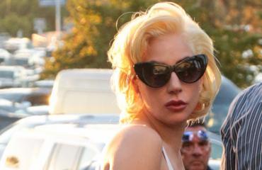 Lady Gagan seksikäs asu herätti huomiota.