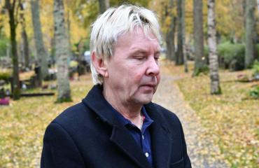 Matti Nykänen suree isäänsä.