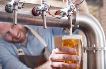 Mies jätti oluet maksamatta.
