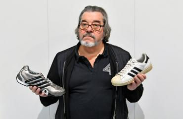 Jarmo Viljanen lahjoitti kengät Pirkka-Pekka Peteliukselle.