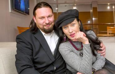 Saija Varjus esitteli miehensä Seiskan pikkujouluristeilyllä.