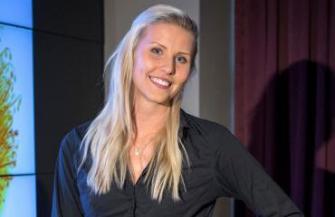 Kristiina Mäkelä esittelee timmiä kroppaansa.