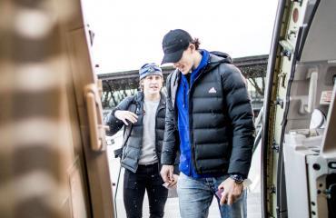 Eeli Tolvanen ja Oliver Lauridsen nousemassa Finnairin yksityiskoneeseen.