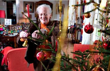 Kuningatar Margareeta koristelee joulukuusta.