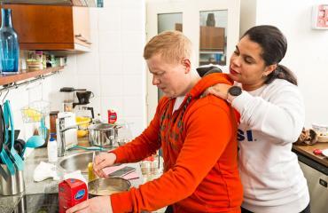 Sampo ja Minttu Kaulanen keittiössä.