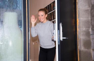 Jenni Ahola avasi kotinsa oven Seiskalle.