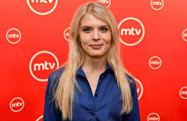 Alina Tomnikov tähdittää Putousta.