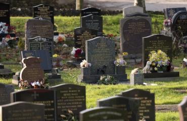Mies yritti siirtää serkkunsa ruumista hautausmaalta.