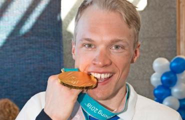 Iivo Niskanen esitteli kultaansa.