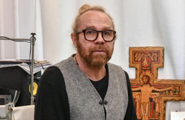 Jussi Parviainen asuu nuken kanssa.