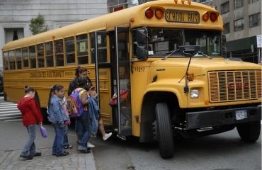 Isä lähetti lapsensa kouluun jalkaisin.