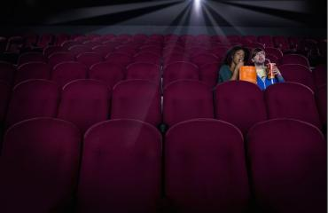 Mies kuoli jäätyään jumiin elokuvateatterissa.