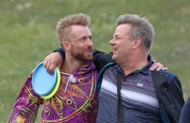 Jari Sillanpää ja Siim viihtyivät frisbeegolfradalla.
